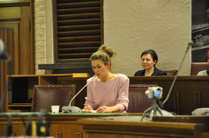 AnneMartheReading'Foran loven'by Kafka in the courtroom